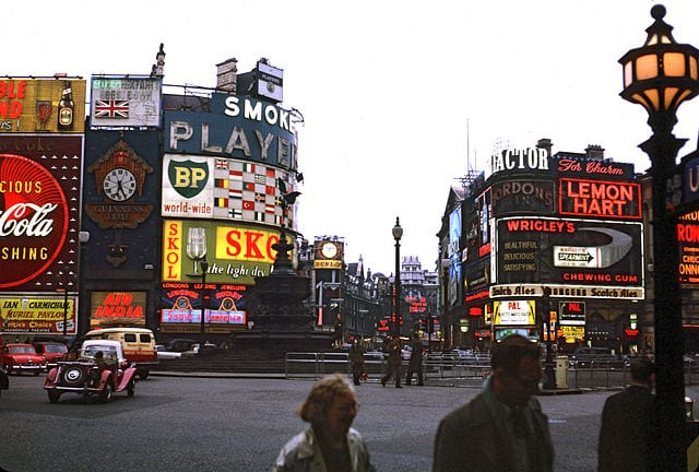 Carteles luminosos en Piccadilly Circus Londres